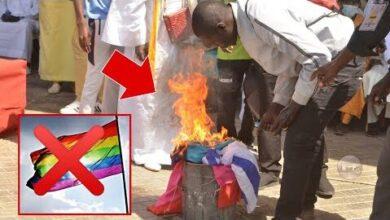 Senegal Bruler Le Drapeau Lgbt Publiquement Marche Pour Criminalisation Lhomosexualite Goorjiguene Xltxjmtwoie Image