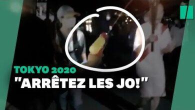 Jo De Tokyo 2021 Une Femme Tente Deteindre La Flamme Olympique Avec Un Pistolet A Eau 1Rhdv9Nef2C Image