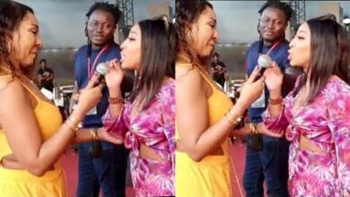 Abidjan Viviane Apprend A Sa Fille Zeyna Ndour A Chanter Sur Scene Devant Ulhpwgybdic Image
