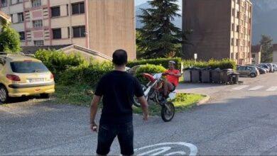 Momo Vole Ma Moto Cross Et Fait Des Wheeling Devant Ma Nouvelle Maison Je Pete Un Cable Cfsmt Uis8O Image